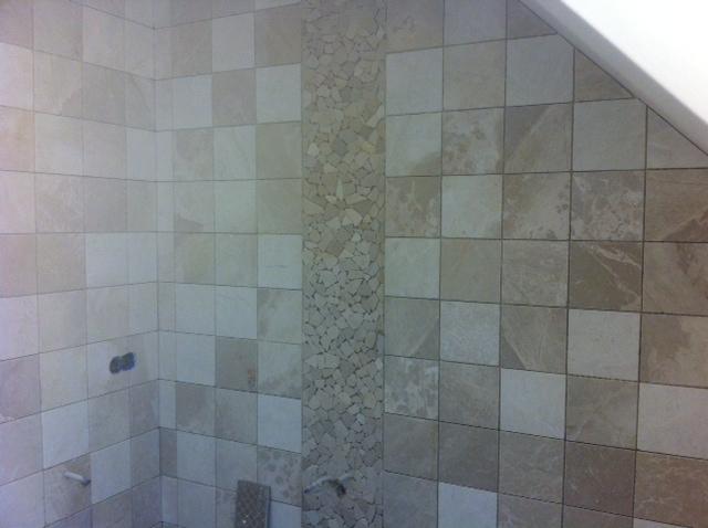 Badkamer betegeld met marmer handvorm tegels.